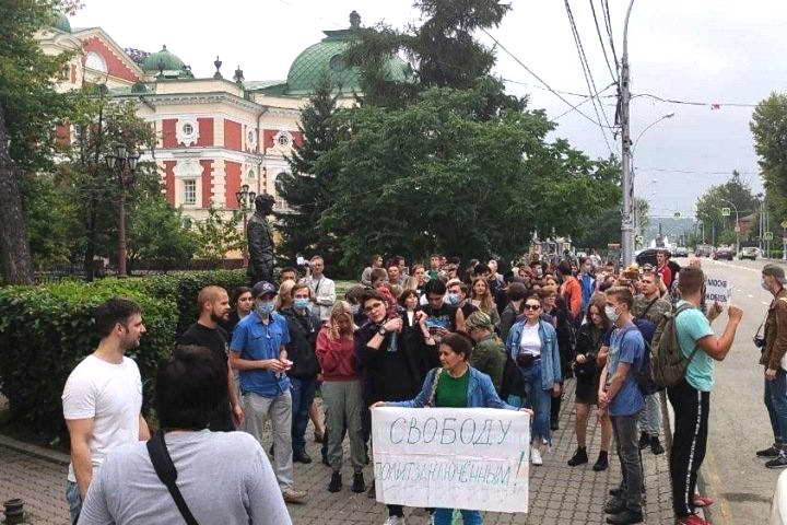 Иркутяне вышли на шествие в поддержку Хабаровска и против «царя»
